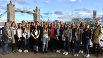 Gruppenbild vor der Tower Bridge